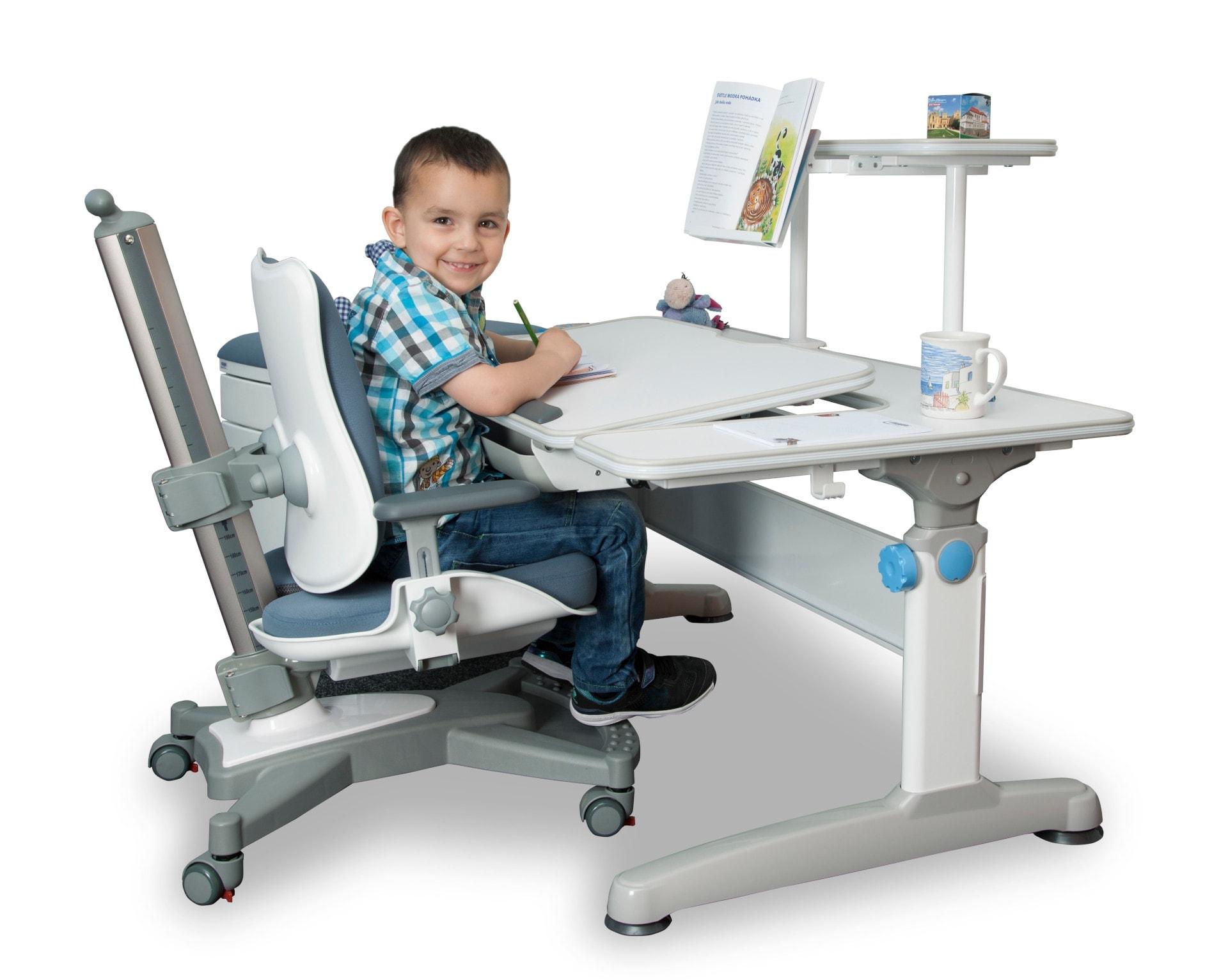 Rostoucí psací stůl pro prvňáčka. Stůl je na nejnižším nastavení 55 cm.