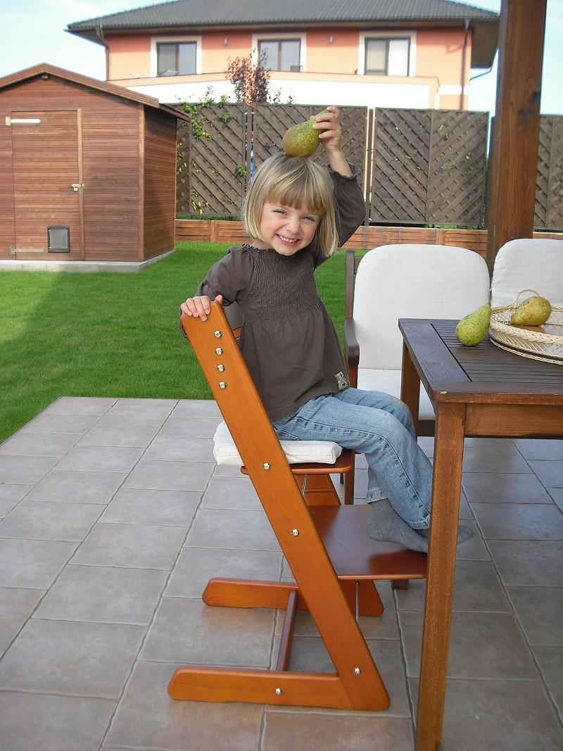 Správně sedět, lze i u jídelního stolu.